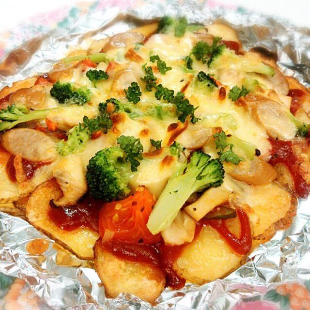 スライスしたジャガイモをピザ生地に♡ココナッツオイルでこんがり焼いてヘルシー♪作り置きのエリンギトマトマリネをのせてリメイク。母が育てたパセリを飾ってできあがり。 #リメイク料理#ココナッツオイル - 14件のもぐもぐ - エリンギトマトマリネのじゃがいもピザ  #リメイク料理 by shinydiamond