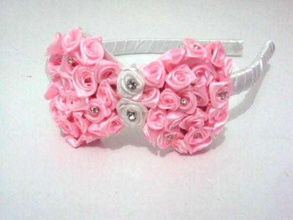 Tiara flexível forrada em cetim branco e laço bordado em rosas e strass.  Opções de Cores: vermelho, rosa , marron, creme, pink, azul, preto,verde.  Exclusivo Mini Princesa R$ 16,90