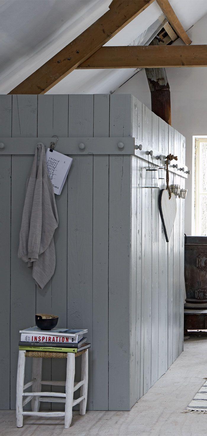 originele aftimmering. Lijkt een voorportaal annex verkleed ruimte voor verstopte sauna of doucheruimte;)