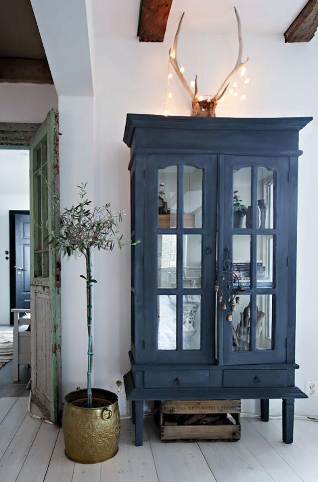 Una vitrina pintada de azul medianoche