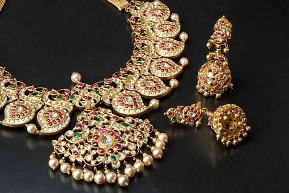 Take a sneak peek at this antique necklace inspired by traditional Indian and Mughal art!! Isn't this royal piece of art?