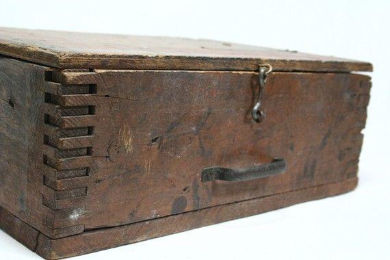 Vintage Rustic Wood Latch Box with Handle di flattirevintage