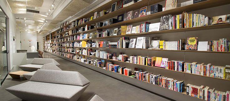 Visite | VISITE | JAPAN HOUSE(São Paulo) Nosso Espaço Multimídia pretende que o público tenha uma ideia da vasta e rica da cultura japonesa, através de livros, mangás e conteúdos eletrônicos.