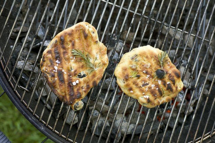 Focaccia på grill er flate porsjonsbrød du lager i en fei om sommeren. Med oliven, rødløk, hvitløk, rosmarin og olivenolje smaker de godt til grillmaten.