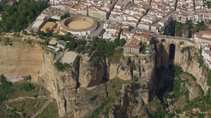 Situat într-un loc fermecător, pe marginea unei pante abrupte, la aproximativ 113 km distanță de orașul spaniol Malaga, Ronda este renumit datorită peisajelor sale uimitoare, dar și oamenilor prietenoși.  Ronda este un oraș-monument datorită stâncilor pe care sunt cocoțate casele.   #corida #corida spania #Corridas goyescas #Malaga #Malaga spania #oras din spania #oras spaniol #pictorul Goya #Podul Roman spania #Podul San Miguel spania #Podul Vechi ronda #râu