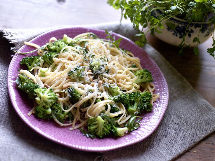 Pasta med brokkoli og pinjekjerner