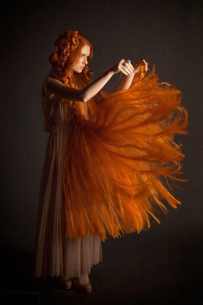 roux auburn, chaussures à talons beige, cheveux très longs en orange, coiffure avec couronne de tresse, bague turquoise