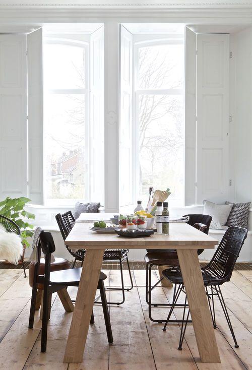 Houten eettafel met zwarte eetkamerstoelen - bekijk en koop de producten van dit beeld op shopinstijl.nl