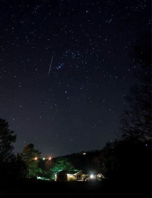 Le Geminidi sono lo sciame meteorico più intenso assieme alle Perseidi di agosto e il loro picco, come ogni anno, si colloca attorno al 13-14 dicembre, quando la Terra attraversa i detriti dell'asteroide Phaeton 3200. Sono questi i giorni migliori per scegliere un luogo lontano dalle luci del