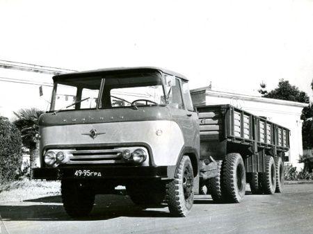 Седельный тягач КАЗ-606 с полуприцепом КАЗ-717. Автопоезд общим весом до 9500 кг. мог развивать скорость до 60 км/час.
