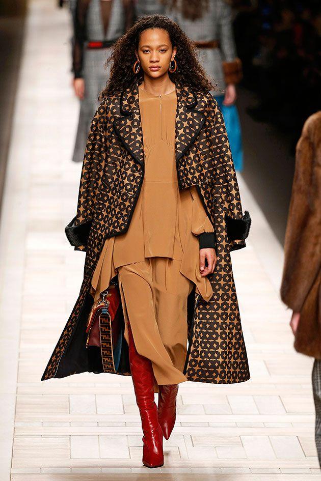 Pro seu outono-inverno 2017/18, apresentado durante a Semana de Moda de Milão, a Fendi brinca com a dualidade entre homem e mulher.