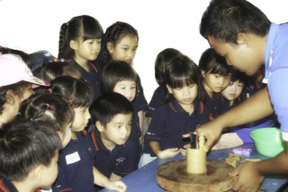 Membuat keramik menginspirasi kreatifitas dan menjadi pengalaman belajar yang menyenangkan dengan metode-metode yang memikat para siswa — cara belajar interaktif. Pengalaman luas kami memfasilitasi Pelatihan Keramik, Pelatihan Membatik dan Pelatihan Pewayangan membantu setiap siswa untuk mewujudkan daya kreasi, membangun imaginasi, juga keterampilan fisik dan motorik.  info@citraalam.com