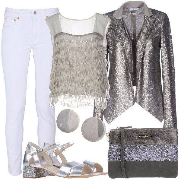 Pantalone jeans bianco, top in crêpe grigio con frange e paillettes, giacca color argento, con paillettes, pochette grigia, effetto laminato con glitter argentati, sandali argentati con tacco squadrato glitterato, orecchini a bottone grigio chiaro,