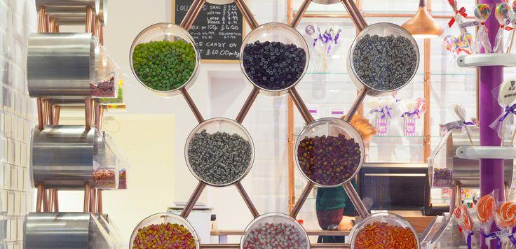 Spun, negozio di caramelle a Londra: i contenitori delle caramelle sono collegati da una rete di tubi di rame