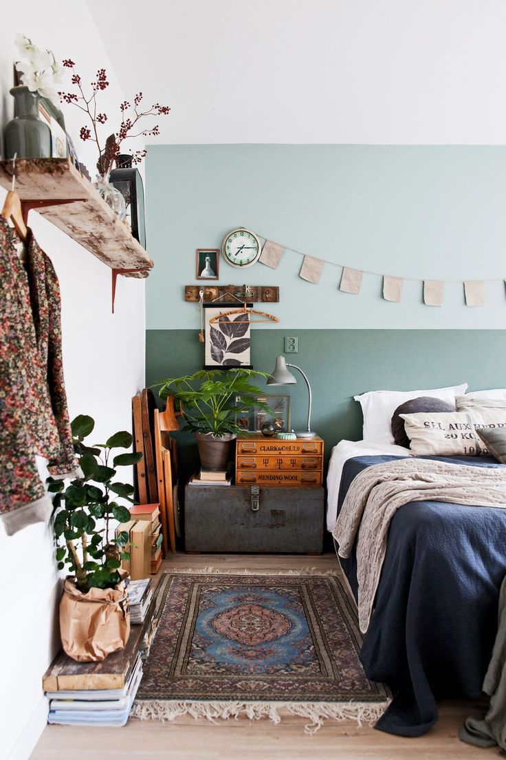 Schlafzimmer Dekoration Bett Retro Teppich Blau Wand Golden