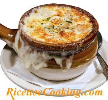 Ingredienti: cipolle, burro, farina, brodo di pollo o vegetale, vino bianco, groviera, pane francese tipo baguette, pepe, sale