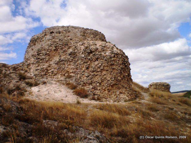 Dos de las robustas torres defensivas de Arabia (Huelves, Cuenca)