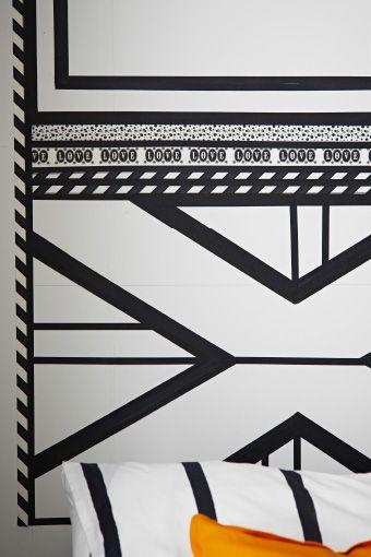 Detail vzoru vytvoreného na stene pomocou čierno-bielej samolepiacej textilnej fólie. Čierno-biele posteľné obliečky TUVBRÄCKA.