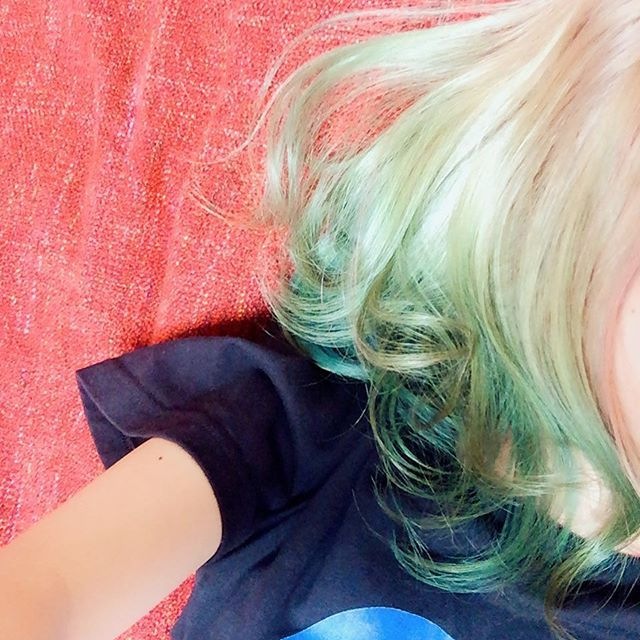 WEBSTA @ k_michels_pajamas - グラデーション本当に綺麗で気に入ってます💕髪伸びたらもっといろいろやりたい♡#派手髪 #ヴィーナスエンヴィ #セイレーンズソング #グラデーションカラー #マニパニ #緑髪 #ハーレイクイン #美容師さんすごい #美容師さんに感謝