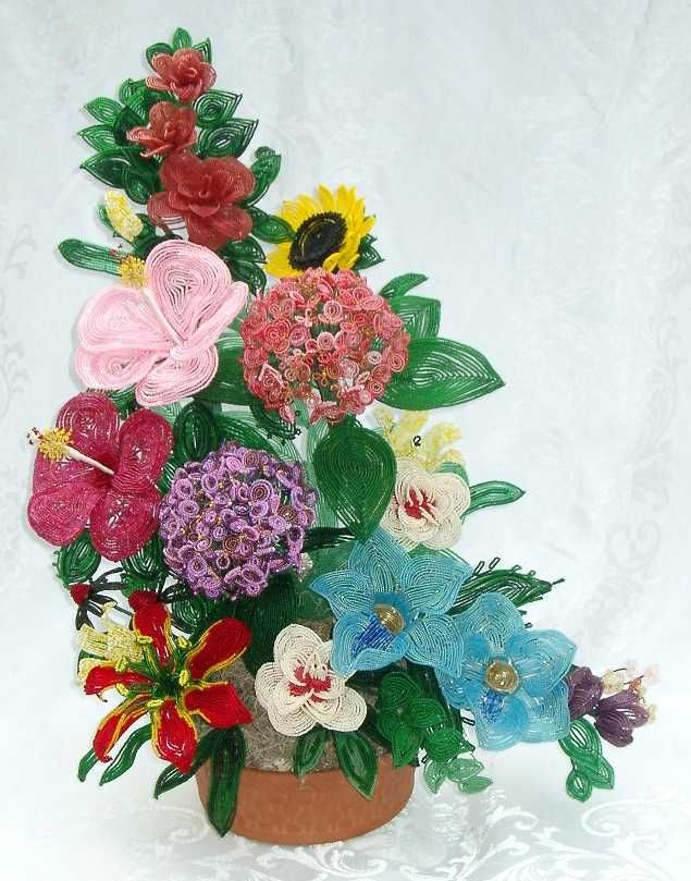 http://rosemarykurtz.hubpages.com/hub/French-Bead-Flowers---An-Old-Art--Renovated
