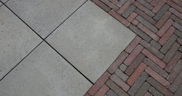Terrastegels van Schellevis Oud Hollandse tegels zijn gecombineerd met een rood genuanceerde betonklinker.