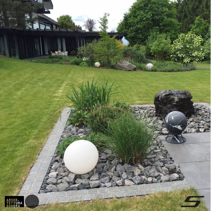 Perfect integration of technology and landscape in this beautiful outdoor project by Smartainment, with a Architettura Sonora's Sphere_360 in Nero Marquina.