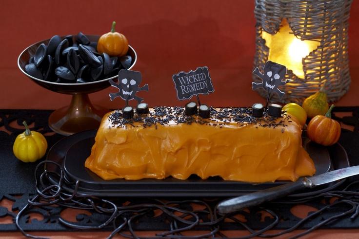 Oppskrift på orange kake til halloween inspirert av gresskaret. Med glasur av deilig kremost med vaniljesmak og litt pynt på toppen, er du og hele familien klare for årets skumleste kveld.