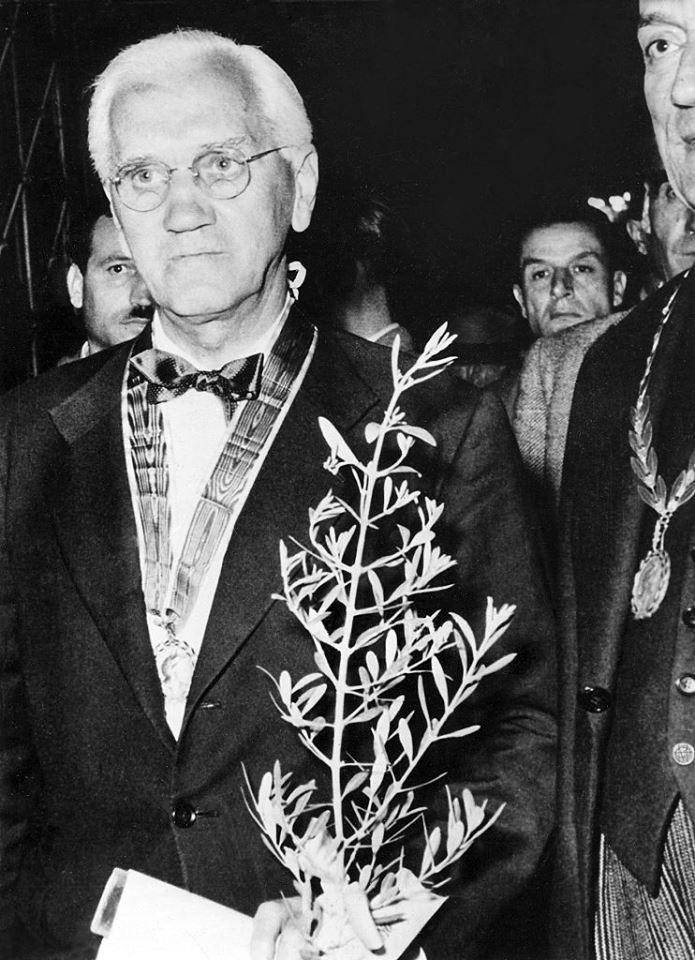 Αθήνα, 1951, ο Αλέξανδρος Φλέμινγκ εκλέγεται επίτιμο μέλος της Ακαδημίας Αθηνών.