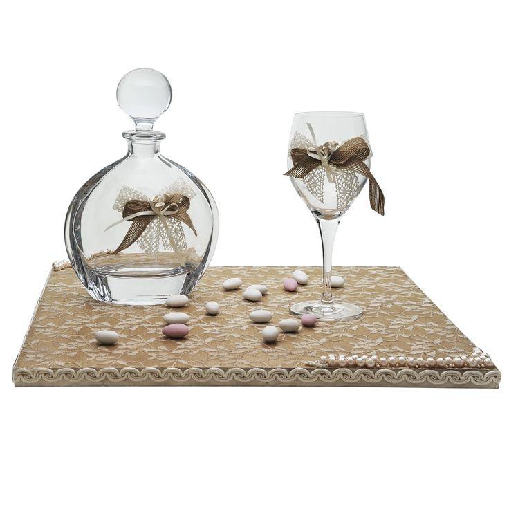 Το σετ γάμου αποτελείται από ένα ξύλινο χειροποίητο δίσκο, επενδεδυμένο με δαντέλα και πέρλες, μία κρυστάλλινη οικολογική καράφα, στολισμένη με δαντέλα και φιογκάκια και ένα κρυστάλλινο οικολογικό ποτήρι με την ίδια διακόσμηση.