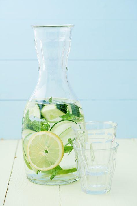 Een overheerlijke water met komkommer, citroen en munt, die maak je met dit recept. Smakelijk!