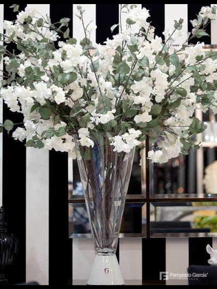 Armoniza la navidad de tu hogar con flores blancas. Encuentra el jarrón que contraste perfectamente con tus flores en nuestra Boutique de El Retiro Centro Comercial comercial.