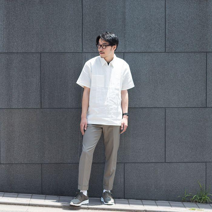 90'Sのワークブランドに多く見られるジップ仕様と ビッグシルエットが特徴的なプルオーバーシャツ。    きちんと感がありながらも、サラッと着こなせる半袖シャツ。 重ね着をして爽やかなカジュアルコーデから、 1枚で着こなしてビシッと決めたいシーンのメンズのコーデまで、 半袖シャツは幅広い夏のスタイリングにマッチする1枚です。