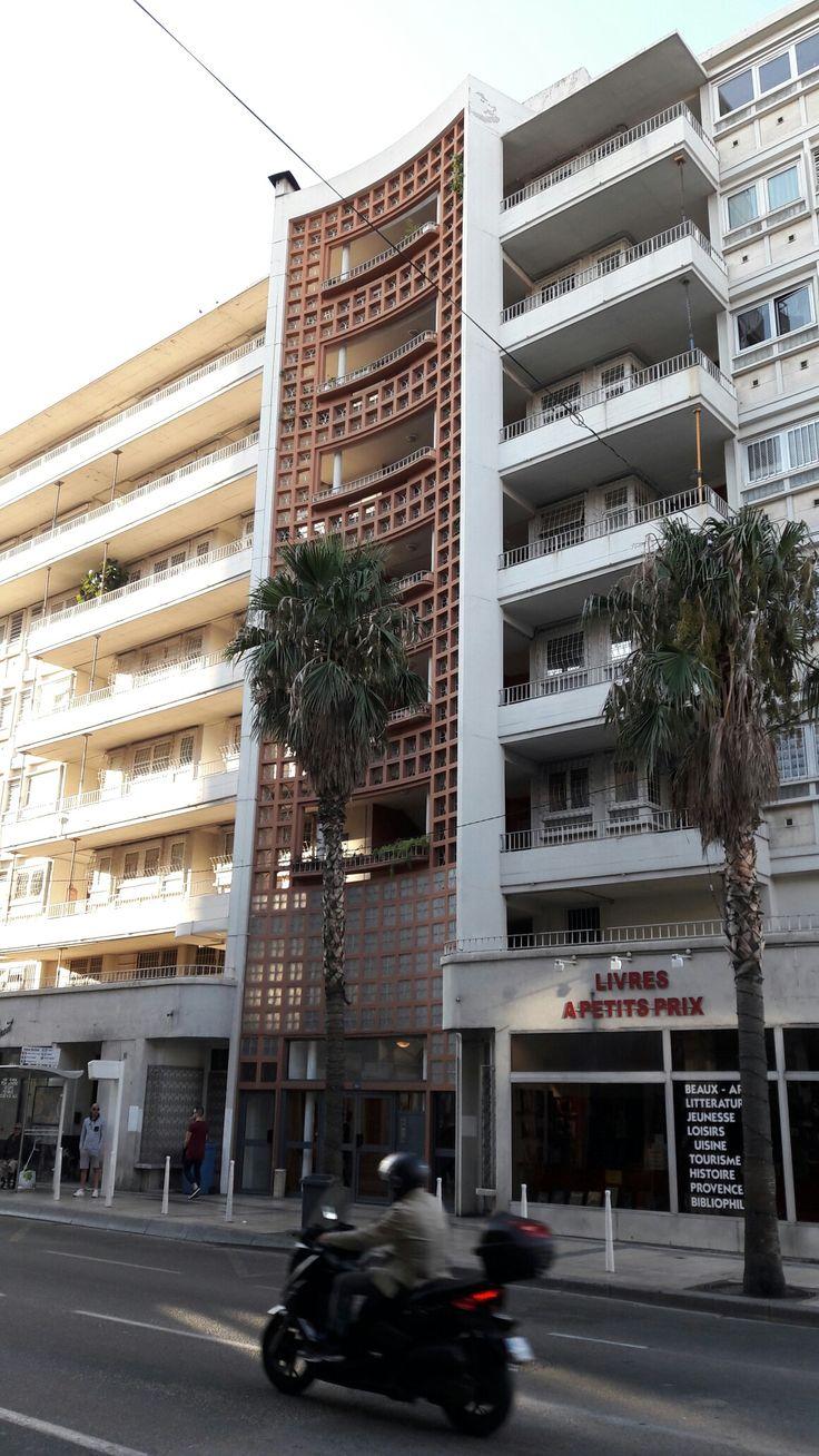 Port de Toulon  bâtiment côté nord, claustras en briques  abritant les circulations verticales.