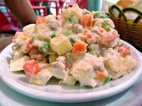 Ensalada de pollo con papas y vegetales