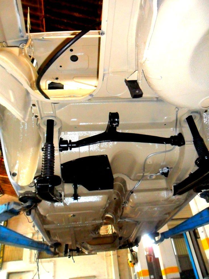 Sottoscocca posteriore con ammortizzatori e barra torsione montati di un'Alfa Romeo Giulia.