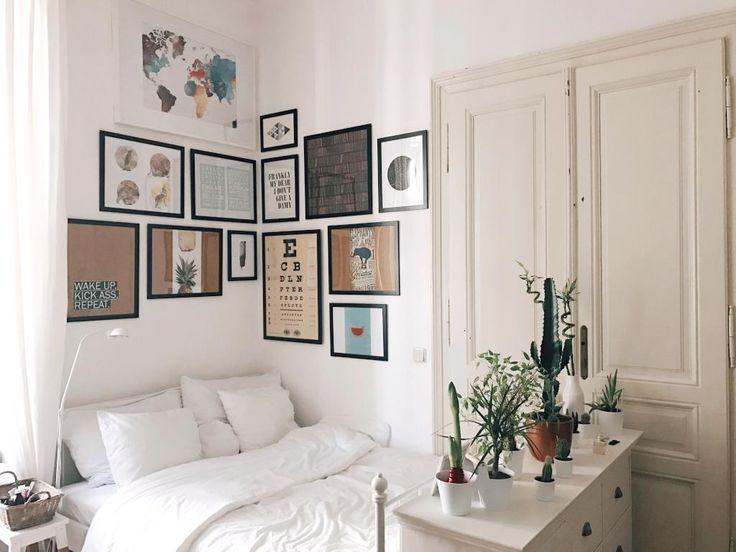 Gemütliche Schlafecke mit Bilderwand über dem Bett – Wohnen in Wien