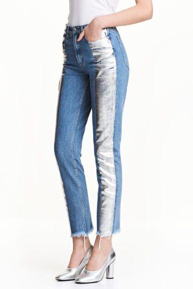 Slim Metallicprint Jeans: Укороченные джинсы с пятью карманами из стираного денима с принтом из фольги. У джинсов высокая талия. Слегка заниженный шаговый шов и суженные книзу брючины. Необработанный низ с бахромой.
