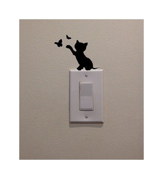 """Etiqueta engomada del gatito del gato – Jugar con mariposas en el interruptor de la luz (3.5 """"H) – Calcomanía de decoración del dormitorio / hogar"""