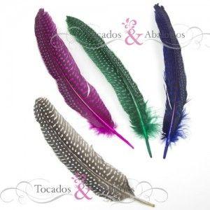 Plumas de Guinea de 20 cm de longitud. Ventas de plumas también por bolsas de 10 unidades. Aqui podrá comprar plumas de gallina Guinea en varios colores y tamaños. Son utilizadas como materiales para tocados.