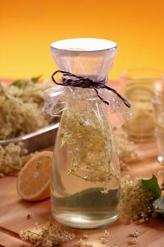 Recepty na domáce májové sirupy JAHODOVÝ 1 l prevarenej vody, 1 kg umytých roztlačených jahôd, 1/2 balíčka kyseliny citrónovej, 1/2 balíčka želírovacieho cukru, 500 g kryštálového cukru BAZOVÝ 30 až 35 kvetov bazy, 2 a pol l vody, 4 kg cukru, 100 g kyseliny citrónovej ČEREŚŃOVÝ 1 kg májových čerešní, 750 g kryštálového cukru AGÁTOVÝ agátové kvety, 5 l vody, 100 g kyseliny citrónovej, 5 kg cukru