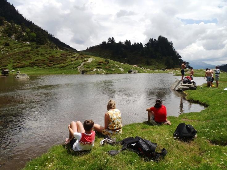 Rutas cortas que nos lleven por sendas hasta un embalse, laguna, cascada o arroyo: http://www.viajarenfamilia.net/disfrutar-del-agua-en-entornos-naturales/