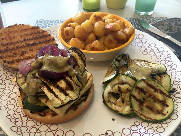 Nieuw recept: Mediterraanse Tofuburger:  Een lekkere sappige Mediterraanse tofuburger die je in de grillpan kunt bereiden, maar ook op de barbecue. We serveren deze burger in Mediterraanse stijl, met een lekkere honing-mosterdsaus met tijm en munt. Bij de burger kun je frietjes of aardappelkrieltjes/partjes eten. Bij dit recept maken we gebruik van krieltjes, met de groenten kun je variëren, zo kun je ook paprika grillen en toevoegen.  http://wessalicious.com/mediterraanse-t