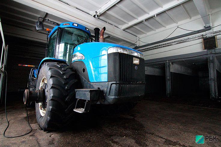 На российских полях стали появляться первые тракторы-беспилотники, способные выявлять и объезжать препятствия размером от 10 см и работать 24 часа в сутки.