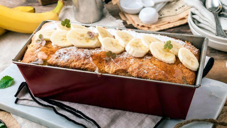 Enkel og god oppskrift på banankake i form med sjokoladebiter og nøtter. Bruk overmodne bananer og lag en saftig kake med god holdbarhet, ha i sjokoladebiter og valnøtter rett før steking. Du trenger en brødform på omtrent 1 liter.