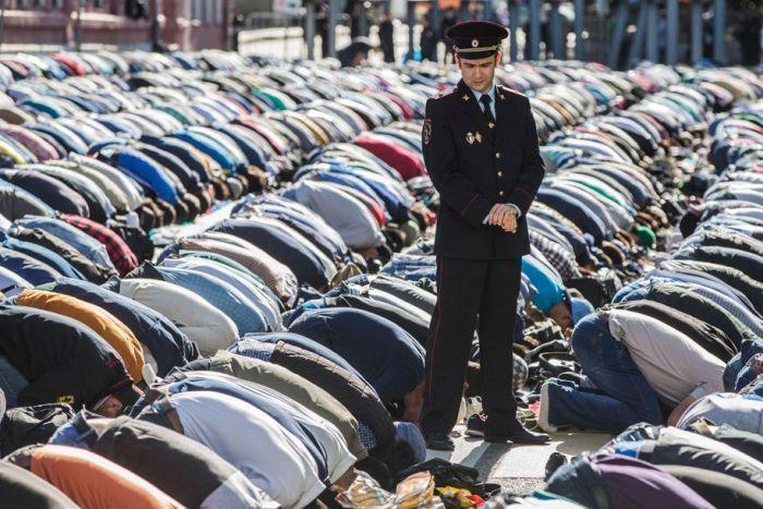 #интересное  Празднование Ураза-байрама в Москве (15 фото)   Более 200 тысяч человек участвовали в праздновании Ураза-байрам в Москве. Ураза-байрам (арабское название — «Ид аль-Фитр») является одним из главных мусульманских праздников. Он отмечается в честь