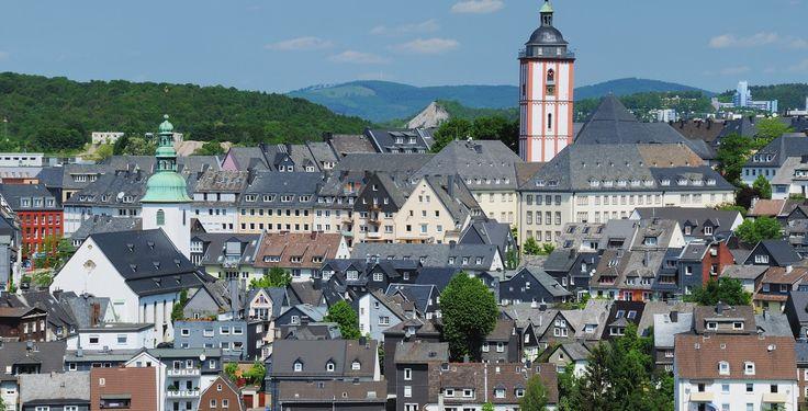 Siegen (Nordrhein-Westfalen): Siegen ist eine Große kreisangehörige Stadt und Kreisstadt des Kreises Siegen-Wittgenstein im Regierungsbezirk Arnsberg im Land Nordrhein-Westfalen (Deutschland). Seit Juli 2012 nennt sich Siegen Universitätsstadt.  Die Stadt liegt nordwestlich des Dreiländerecks Nordrhein-Westfalen – Hessen – Rheinland-Pfalz, ist Sitz der Kreisverwaltung und in der Landesplanung als Oberzentrum im südwestfälischen Verdichtungsraum eingestuft. Sie ist die Geburtsstadt des…