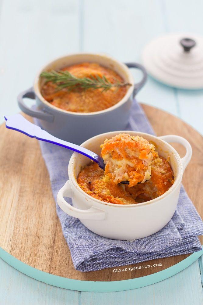 La Parmigiana di zuccaè un piatto unico, facile da fare e gustoso, che in poche mosse risolve la cena. E' una ricetta che si fa in poco tempo e che potete comodamente preparare in anticipo,anzi con il riposo diventa ancora più buona, potete anche farla il giorno prima. Per fare la parmigiana di