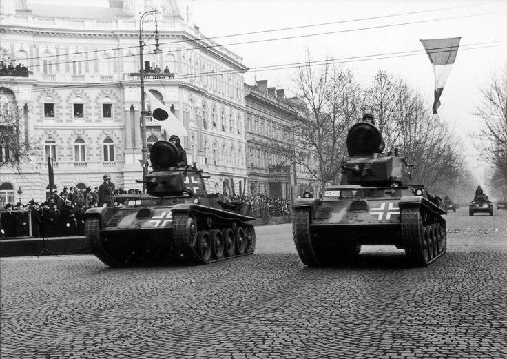38.M Toldi I könnyu harckocsi (Toldi B20) Deux 38.M Toldi défilent probablement dans Budapest, un A20 et un B20 évoluent en formation.
