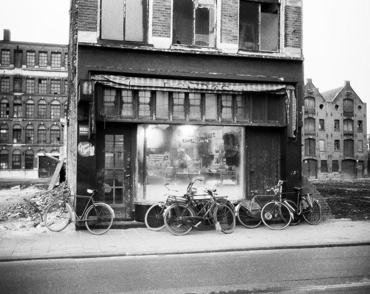 Ed van der Elsken - Broodjeszaak op de Jodenbreestraat, Amsterdam, ca. 1965 'Terwijl de Jodenbreestraat al bijna helemaal is afgebroken, staat daar nog de koshere broodjeswinkel van Sal Meijer. In een grote kaalgeslagen vlakte smeert Sal zijn laatst ritueel geslachte broodjes' – Ed van der Elsken (bijschrift uit het boek Amsterdam! Ed van der Elsken; oude foto's 1947-1970)