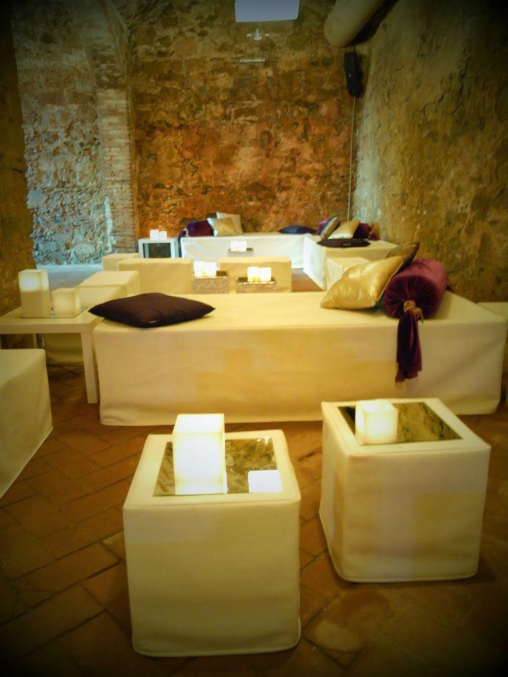 chill out y ambiente lounge cerca de barcelona mobiliario blanco y velitas decorativas que dan. Black Bedroom Furniture Sets. Home Design Ideas